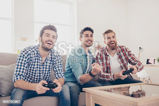 Istock Dos Ninos Sentados En El Sofa En El Salon Jugando Videojuegos