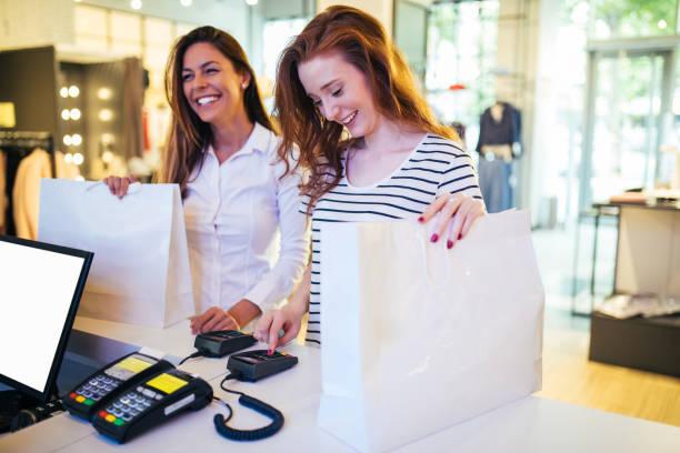 賭けのお金ではないと幸福を購入したわけではない。ここで買い物 - 小売販売員 ストックフォトと画像