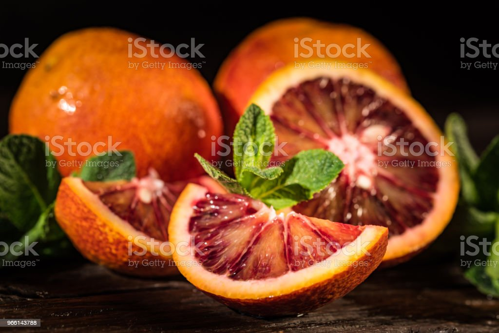 Whole and cut ripe juicy Sicilian Blood oranges - Стоковые фото Алкоголь роялти-фри