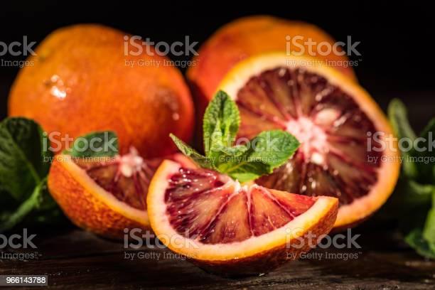 Whole And Cut Ripe Juicy Sicilian Blood Oranges — стоковые фотографии и другие картинки Алкоголь - напиток