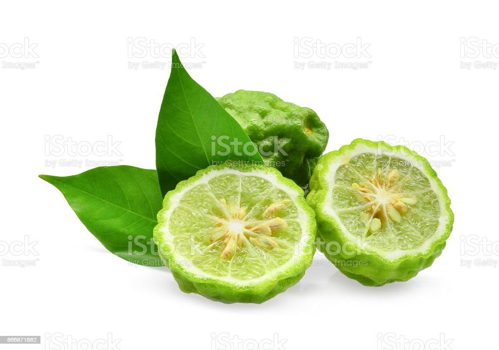 ganze und die Hälfte der grünen frische Bergamotte mit grünen Blättern, die isoliert auf weißem Hintergrund – Foto