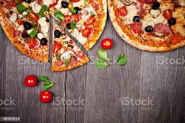 Pizza Italiana Foto de stock y más banco de imágenes de Al horno