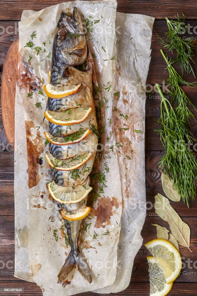 Caballa al horno entero o scomber pescado con limón en el papel foto de stock libre de derechos