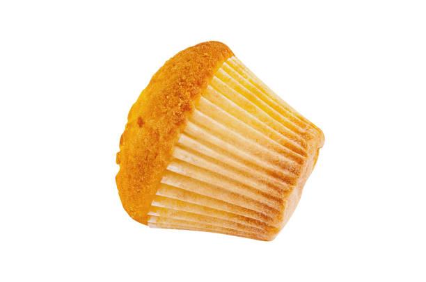 ganze gebackene muffin ohne sahne in papierform isoliert auf weißem hintergrund - vanille muffins stock-fotos und bilder