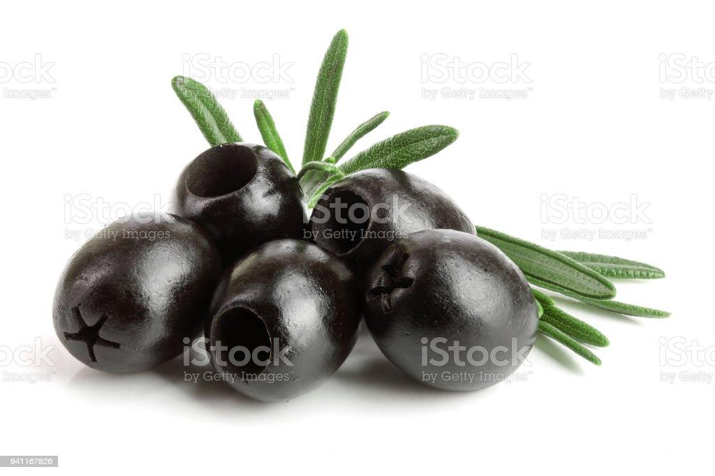 geheel zwarte olijven met rozemarijn blad geïsoleerd op een witte achtergrond macro foto