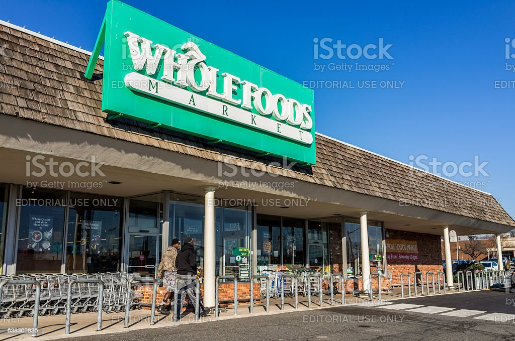 Whole Foods Market store facade with customers - foto de acervo