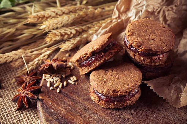 whole grain biscuits cookies - brottorte stock-fotos und bilder