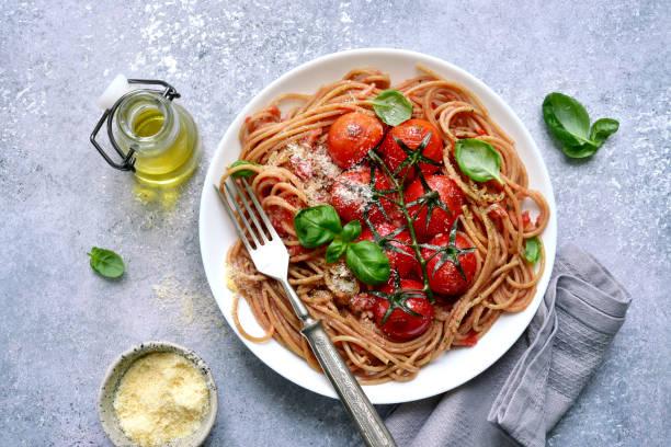 Vollkorn-Spaghetti-Nudeln mit gegrillter Kirschtomate – Foto