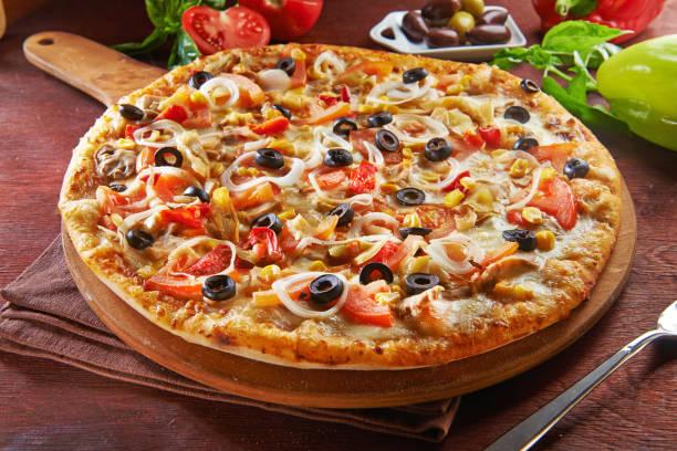 todo italiano pizza en mesa de madera con ingredientes - pizza fotografías e imágenes de stock