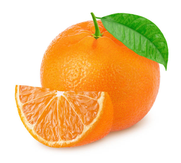 mandarine entière avec tranche d'isolement sur le fond blanc. - orange photos et images de collection