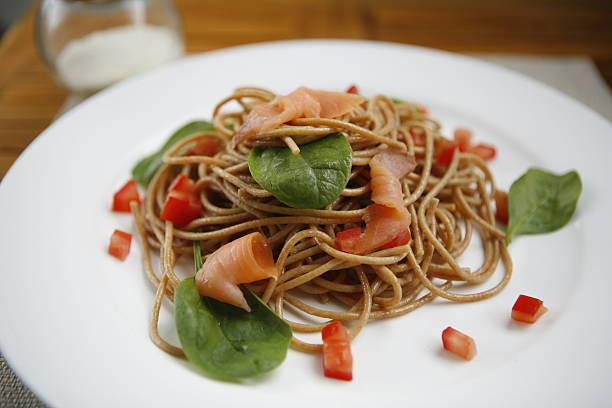 wholemeal spaghetti - spaghetti mit lachs stock-fotos und bilder