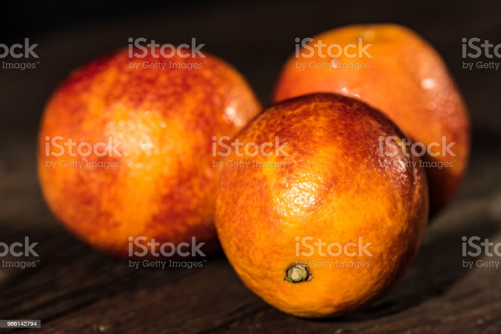 Whole ripe juicy Sicilian Blood oranges - Foto stock royalty-free di Alchol