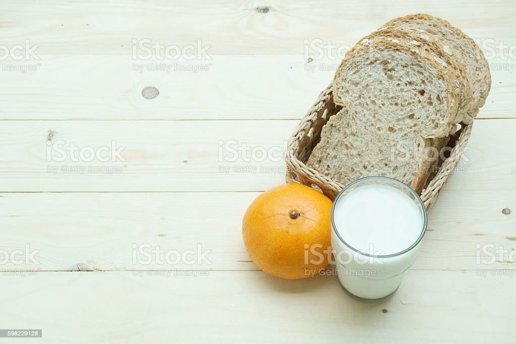 Whole wheat bread iorange and milk foto royalty-free