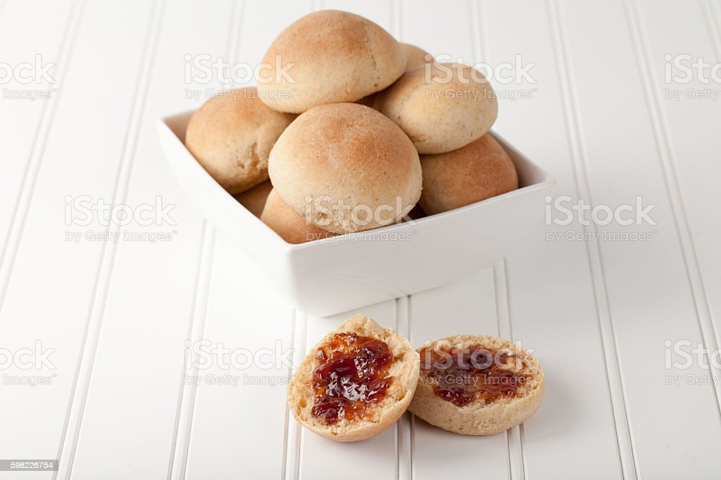 Whole Wheat Dinner Rolls on white with pluot jam foto royalty-free