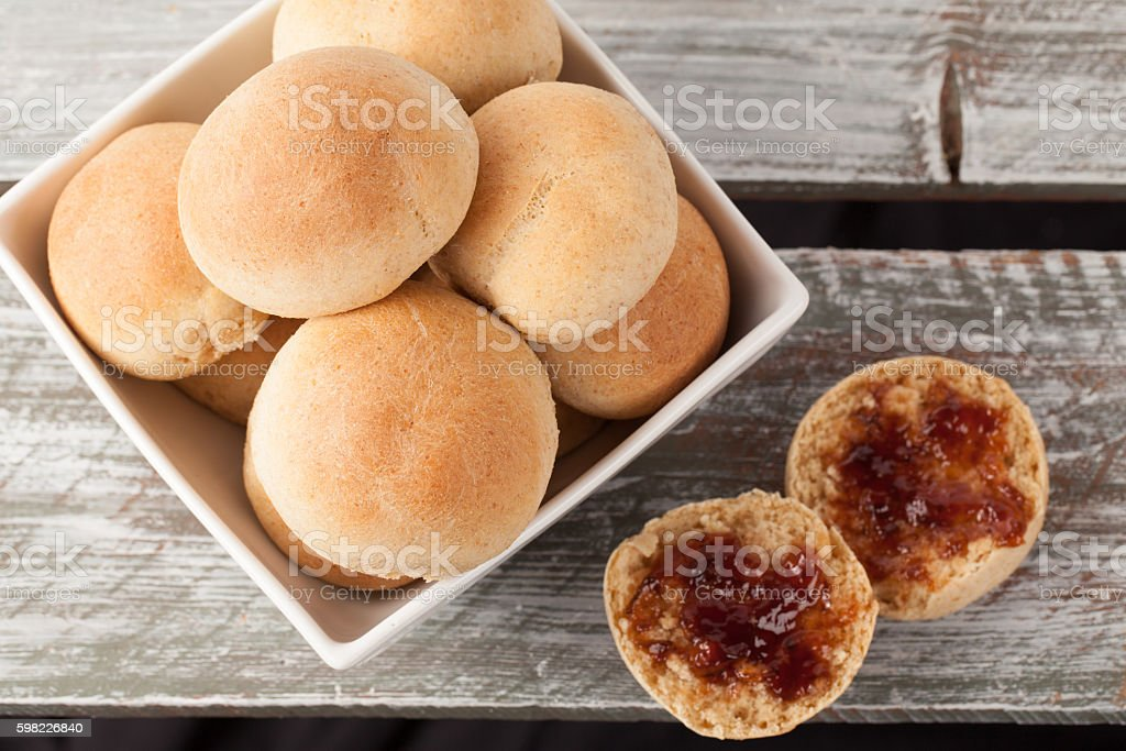 Whole Wheat Dinner Rolls top view with jam foto royalty-free