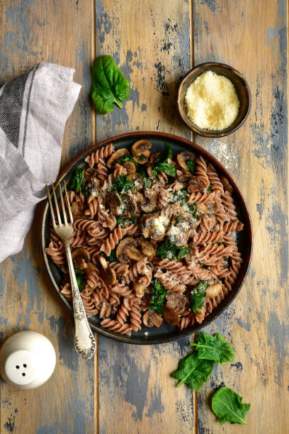 Vollkornnudeln mit Pilz und Spinat – Foto