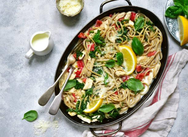 vollkorn-pasta mit hähnchenfilet und gemüse - spaghetti mit spinat stock-fotos und bilder