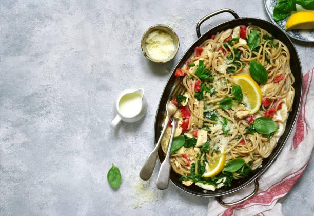 vollkorn-pasta mit hähnchenfilet und gemüse - gesunde huhn pasta stock-fotos und bilder