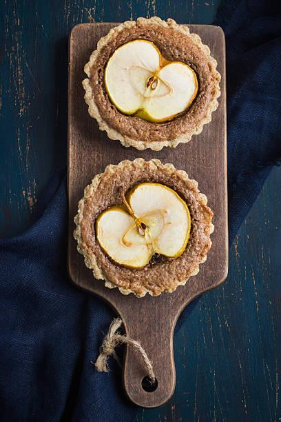 vollkorn-törtchen mit schokolade frangipane und apfel - apfel marzipan kuchen stock-fotos und bilder