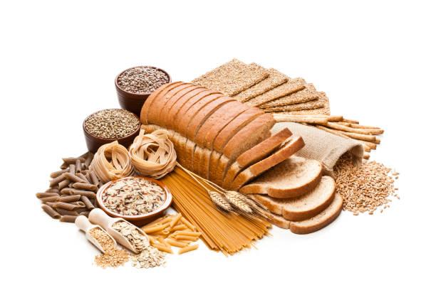 Alimentos de fibra integrales y dietéticos sobre fondo blanco - foto de stock