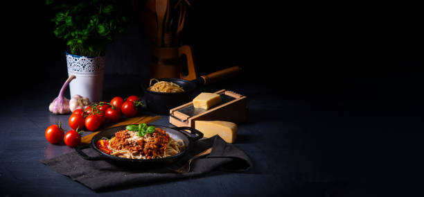 wholegrain spaghetti with tomato sauce and minced meat – zdjęcie