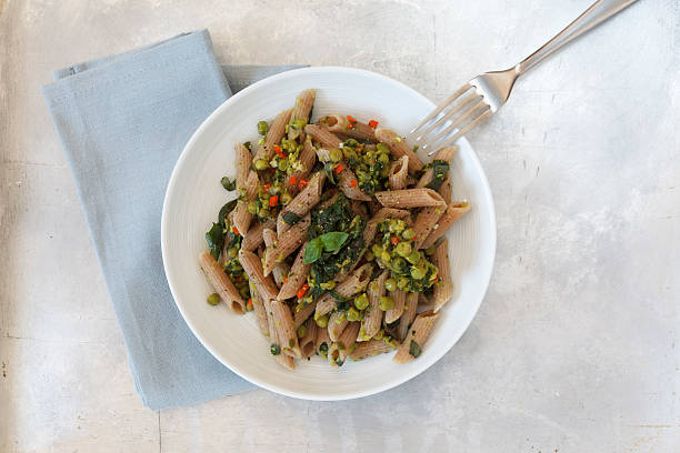 whole-grain spelt rigatoni with pears and spinach - pan multicereales fotografías e imágenes de stock