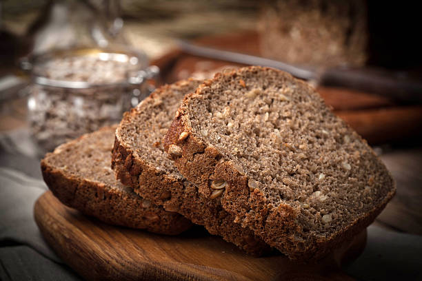 wholemeal bread with sunflower seeds. - pan multicereales fotografías e imágenes de stock