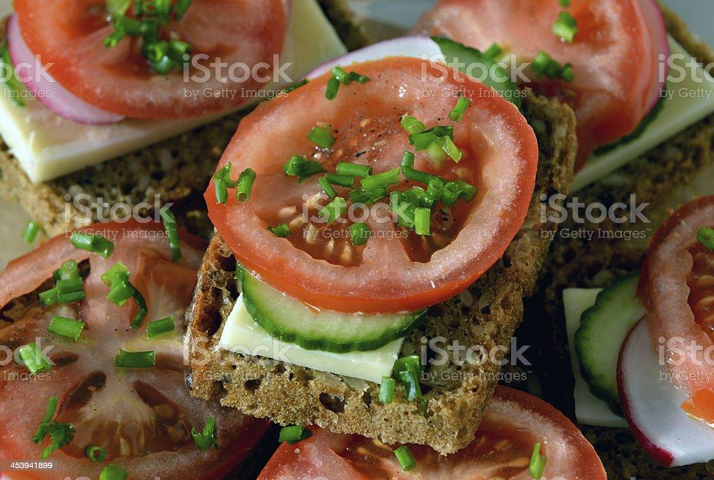 Wholemeal Pan de centeno sándwich con tomate y pepino, rábano y c - Foto de stock de Bocadillo libre de derechos