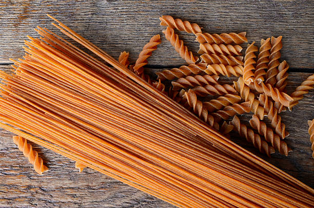 wholewheat pasta close up - trigo integral fotografías e imágenes de stock