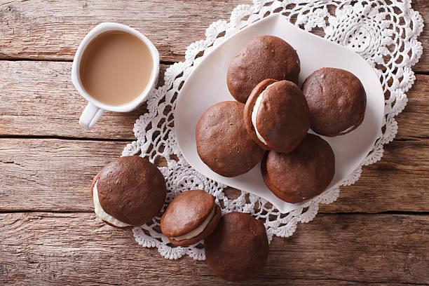 whoopie pie dessert and coffee on table. horizontal top view - spitzenkekse stock-fotos und bilder