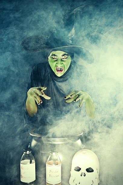 Fundición de brujas alucinante escribir sobre caldero - foto de stock