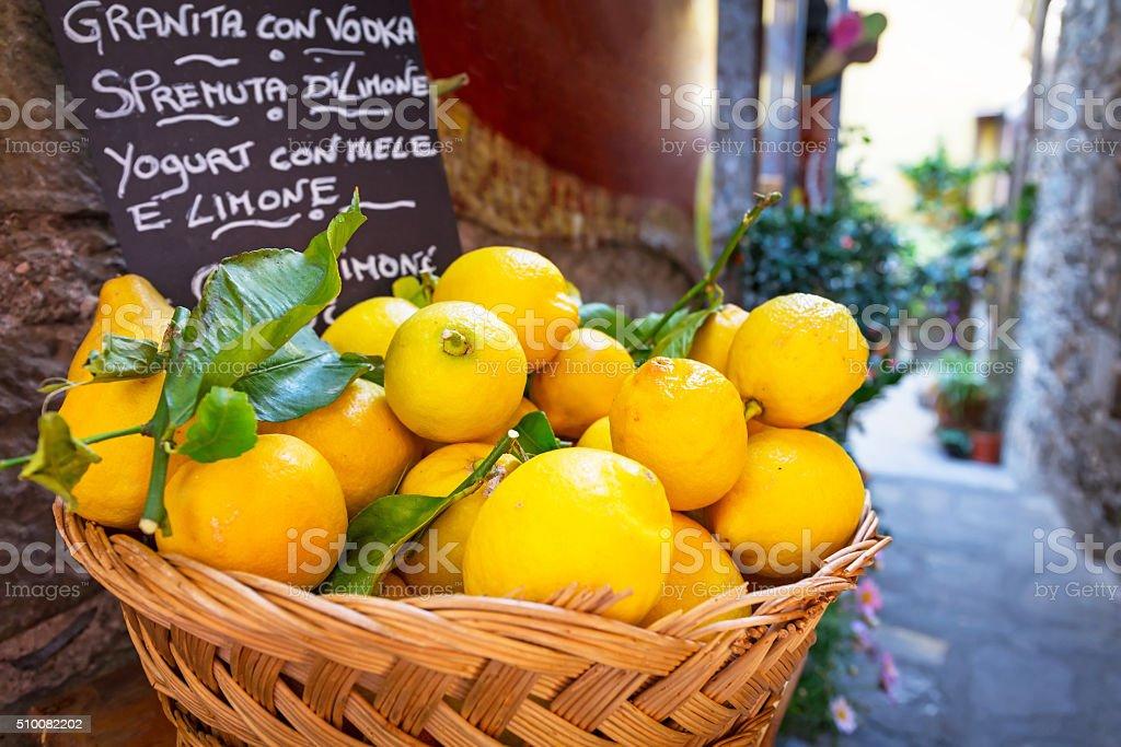 Wiklina koszyk pełen cytryny na włoski Ulica – zdjęcie