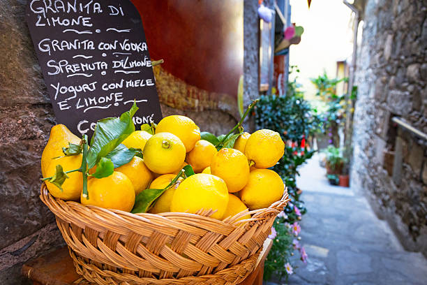wicker basket full of lemons on the italian street - 西西里 個照片及圖片檔