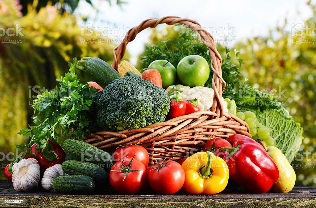 Weidenkorb mit verschiedenen rohen Bio-Gemüse im Garten – Foto