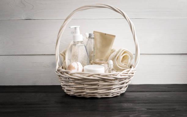 weidenkorb mit spa-behandlungen auf tisch - gute geschenke stock-fotos und bilder