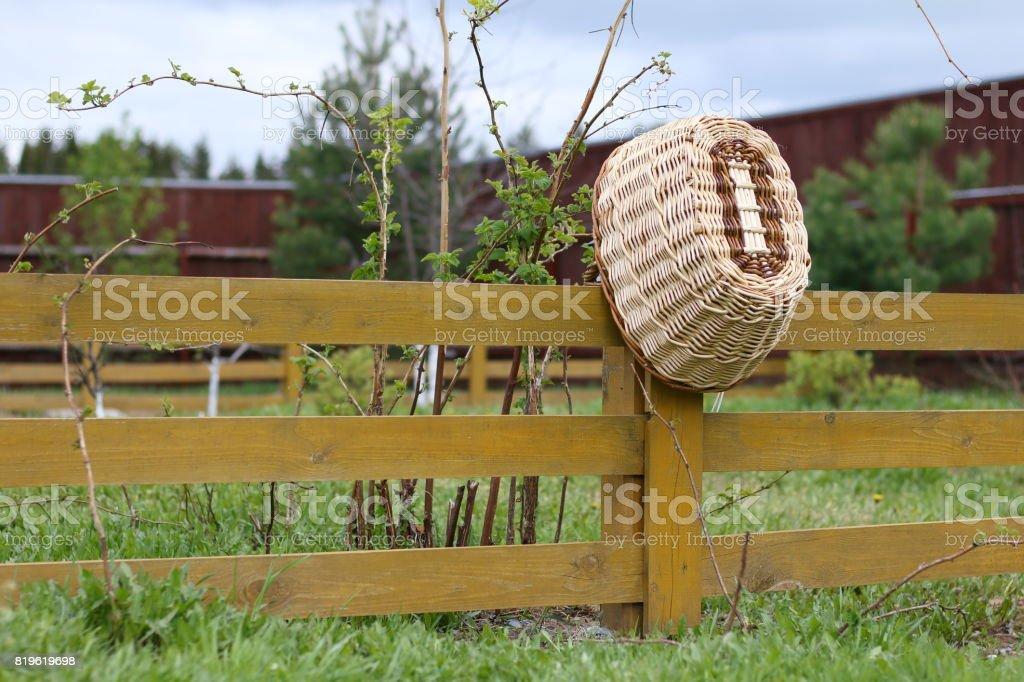 Photo libre de droit de Un Paniers En Osier Dans Le Jardin ...