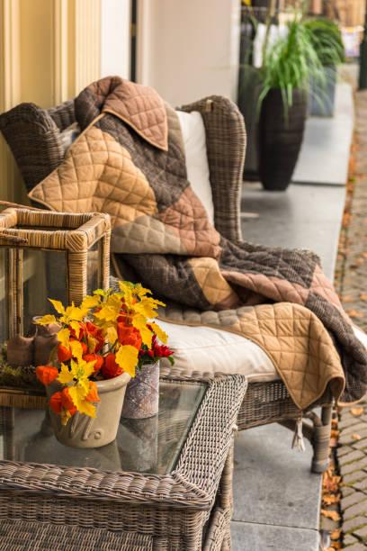 wicker gemütlichen sessel mit decke und kleine peddigrohr glastisch - französisches haus dekor stock-fotos und bilder