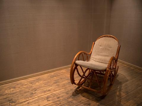 Wicker Rocking Chair In Empty Room With Wooden Floor — стоковые фотографии и другие картинки Антиквариат