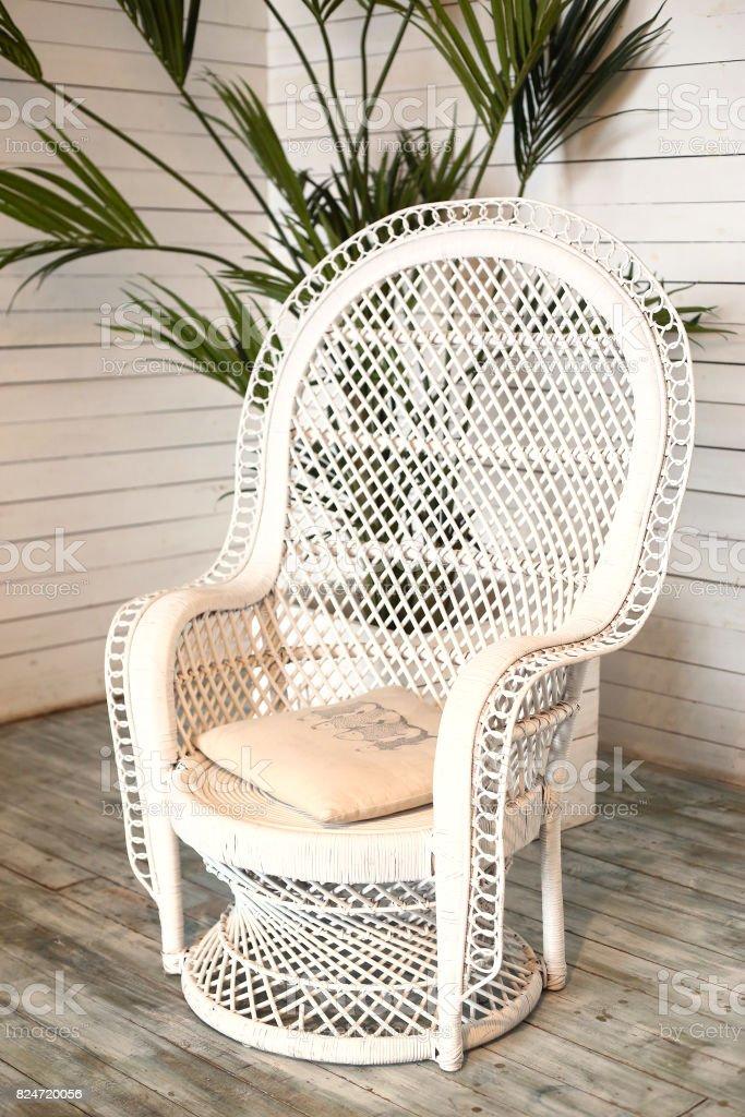 Mimbre blanco sillón en shabby chic interior - foto de stock