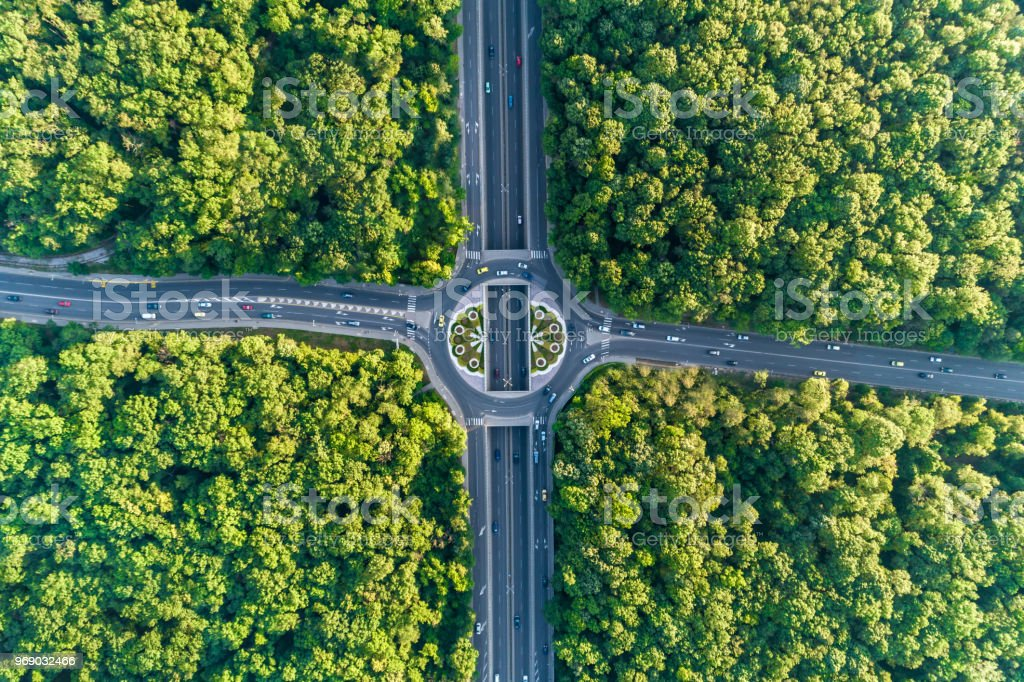 Breite Luftbild blickte am Kreisverkehr mitten in einem schönen Wald - Lizenzfrei Ansicht von oben Stock-Foto