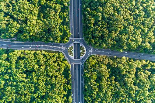 Breite Luftbild Blickte Am Kreisverkehr Mitten In Einem Schönen Wald Stockfoto und mehr Bilder von Ansicht von oben