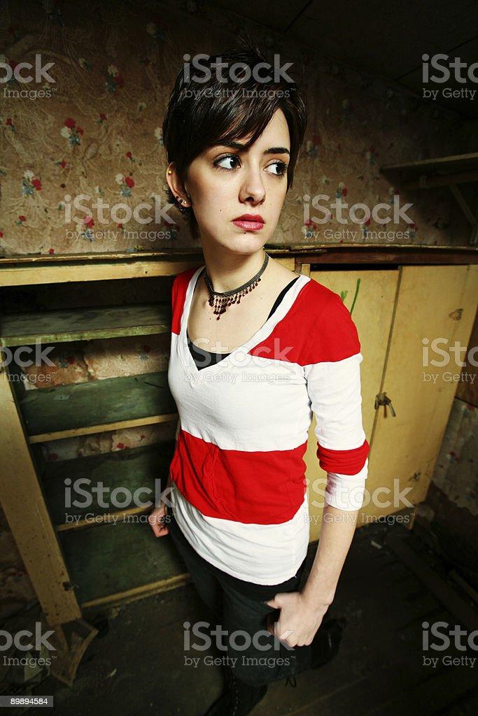 Широкоугольный женщина в стиле гранж фон рубашка в полоску Стоковые фото Стоковая фотография