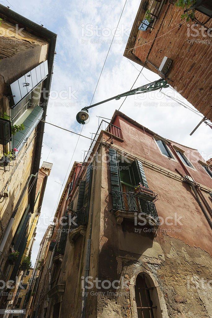 Ángulo amplio toma de la calle cruce en Venecia - foto de stock