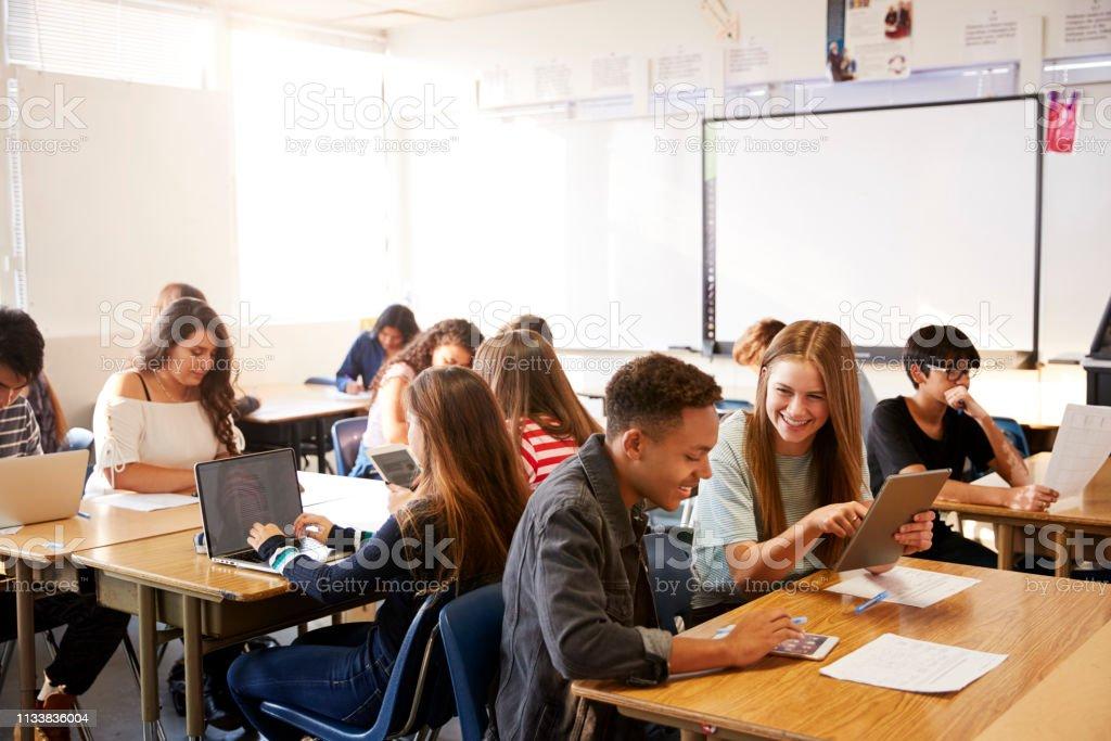 Yüksek okul öğrencilerin dizüstü bilgisayar kullanarak sınıfta masada oturan geniş açı görünümü - Royalty-free 13 - 19 Yaş arası Stok görsel