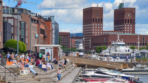 groothoek weergave van oslo city hall en straatbeeld in oslo, noorwegen - oslo city hall stockfoto's en -beelden