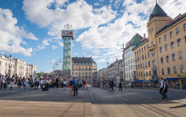 groothoek uitzicht van oslo city hall en street scene reizen rond oslo, noorwegen in de zomertijd - oslo city hall stockfoto's en -beelden