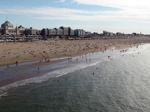 große winkelansicht der scheveningen strand resort in den haag - nordsee urlaub hotel stock-fotos und bilder