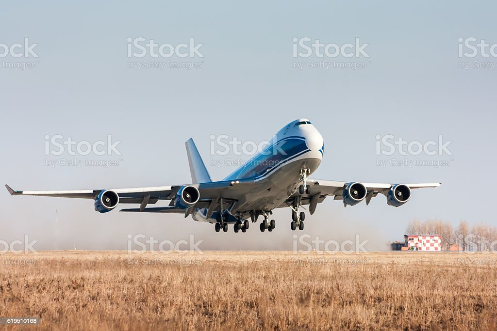 Wide body cargo airplane takes off royaltyfri bildbanksbilder