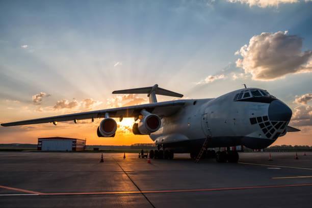 Breites Frachtflugzeug auf dem Flughafenvorplatz in der Morgensonne – Foto