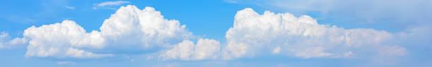 Breite Wolkenlandschaft am blauen Himmel – Foto